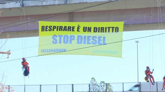 Học tiếng Anh qua bản tin Greenpeace protest in Rome after finding dangerous citywide air pollution