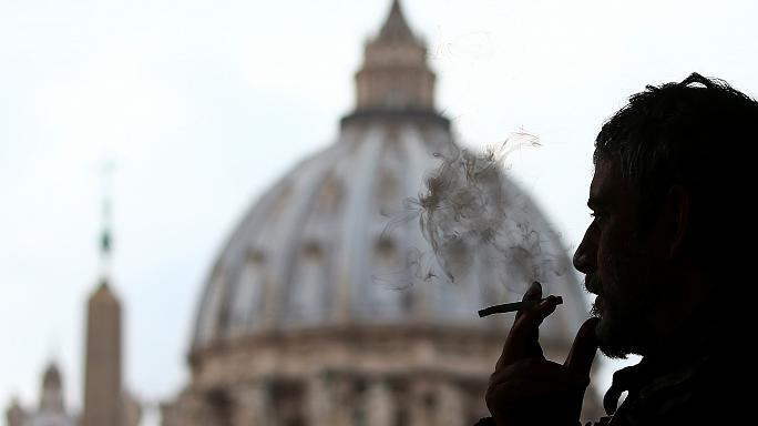 Pháp luật - Laws Clearing the air in The Vatican - cigarette sales to be banned